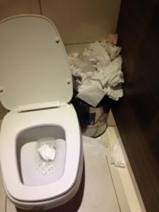 desperdício em sanitários públicos