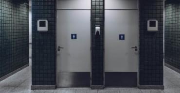 Fila de banheiro cabines