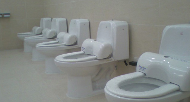 banheiro com protetor de assento sanitário