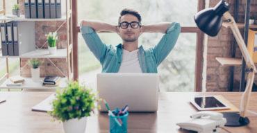 Homem relaxado no escritório ao escolher purificador de ar